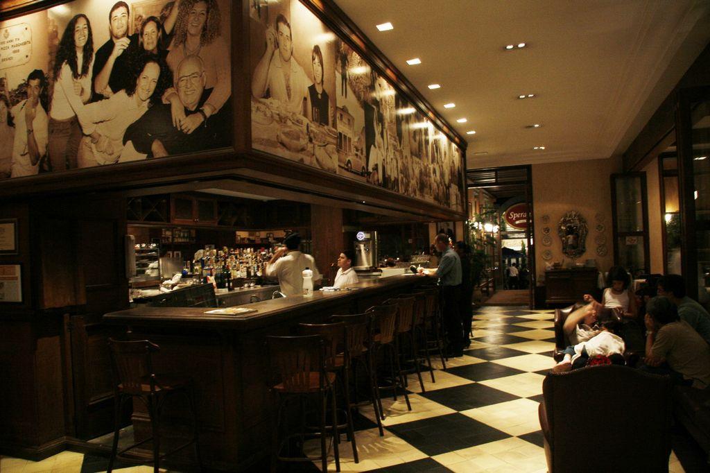 bar com painel de fotos Moema